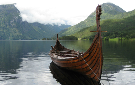 Az északi tengeri utazók tűzzel kezelték a hajó építéséhez felhasznált faanyagot. A hőkezelt fa működésének megértése a finnektől származik, akik 1990-es években megalapították a hőkezelési eljárást, mint technológiát.